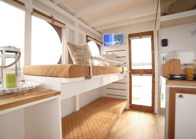Innenraum eines Maxi Hausboots mit Doppelstockbett