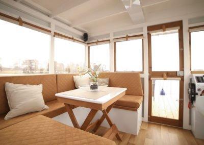 Sitzecke im Innenraum eines Eisvogel Maxi Hausboots