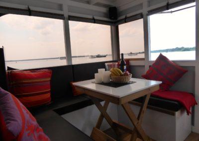 Tisch und Sitzecke im Mini-Hausboot