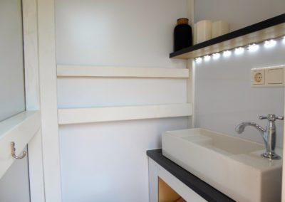 Bad mit Waschtisch und Marine-WC im Mini-Hausboot