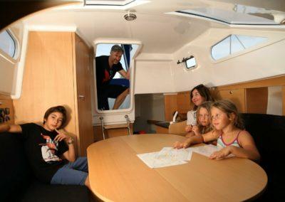 Innenkabine mit Tisch und Sitzgruppe auf einer Delphia Nano Motoryacht
